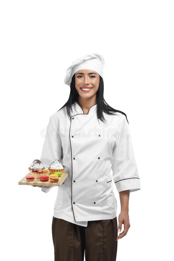 confitero-joven-en-bandeja-de-la-tenencia-del-uniforme-con-los-dulces-retrato-ropa-profesional-que-sostiene-mujer-feliz-hermosa-le-139536552